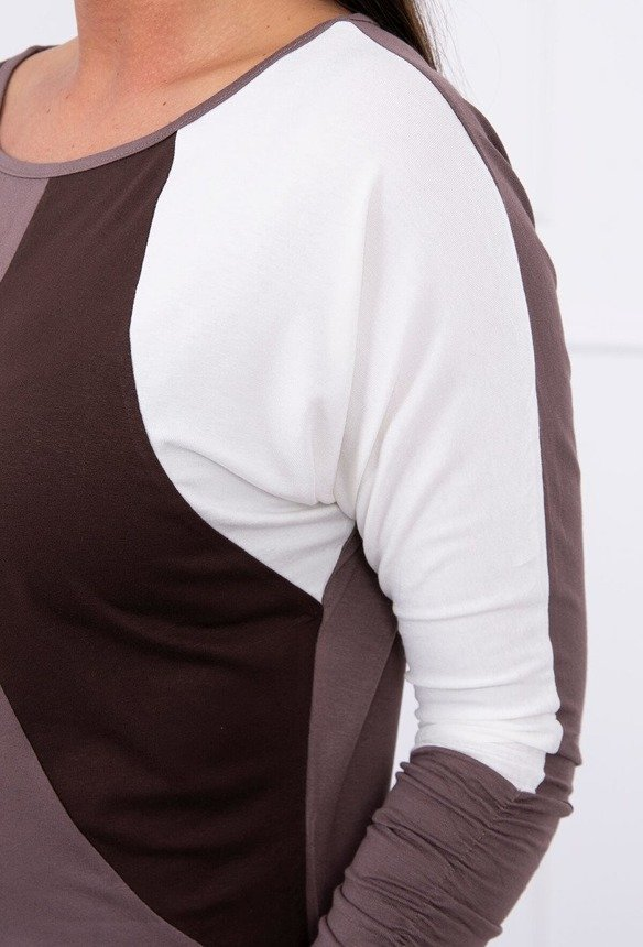 A tunic with wrinkles at the bottom and sleeves light brown+dark brown