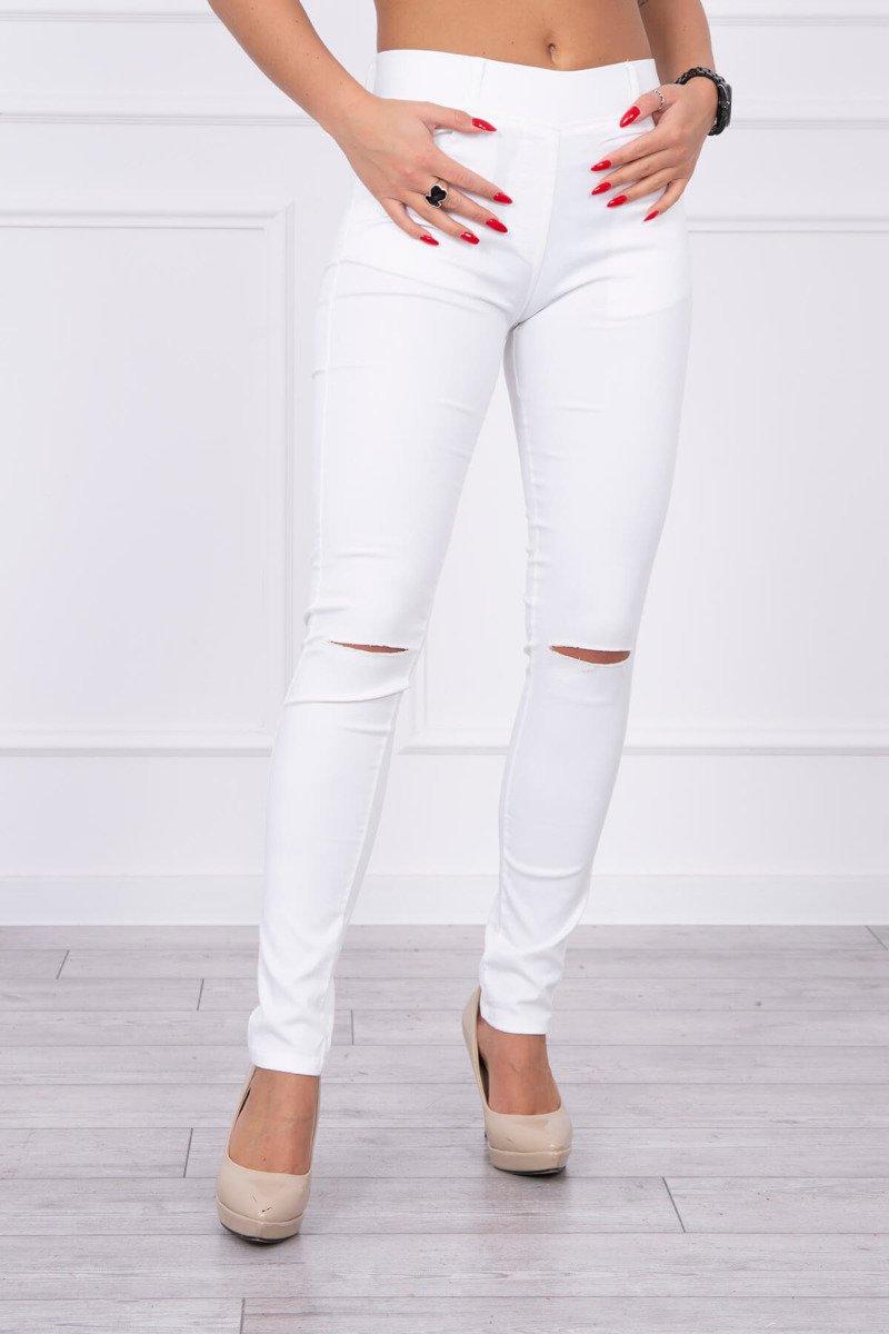 Spodnie kolorowy jeans z przecięciem białe. Odzież jeansowa